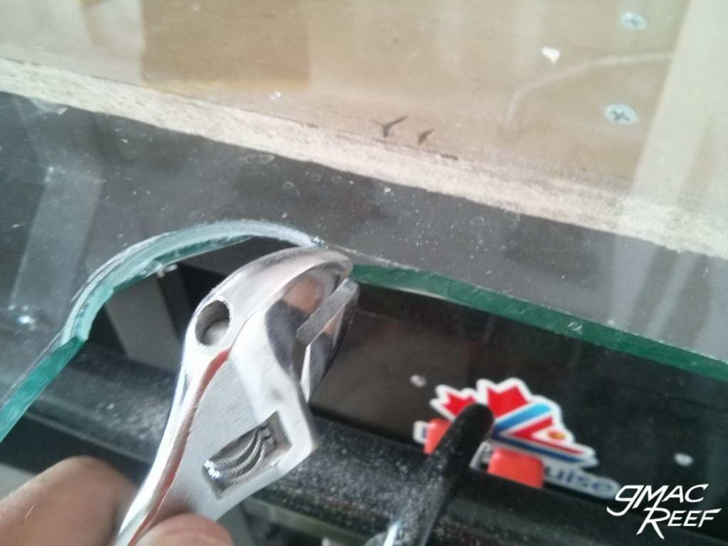 Clipping glass baffle with wrench